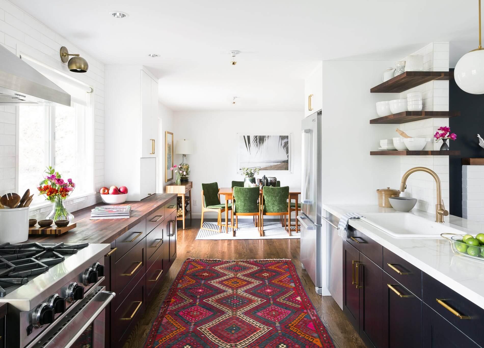Ковер в интерьере кухни - фото