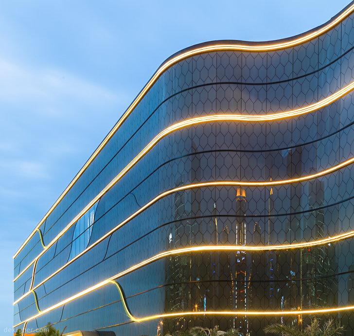 """SKP Xian 02 """"class ="""" aimg """"/> </figure> <p> Одной из самых серьезных проблем Sybarite было уважение к чувствительному местоположению магазина, близкое к южным воротам Сианьской городской стены и зданию парламента в Китае старый город. Команда вдохновила мавританскую архитектуру, такую как дворец Альгамбры на юге Испании. Точно так же он близок к коже SKP Xi'an, что вы цените сложный басовый рельефный сотовый фасад из латуни из бронзы. Хотя он в три раза больше размера Harrod's в Лондоне, SKP Xi'an удобно расположен в его окрестностях. </p> <figure class="""