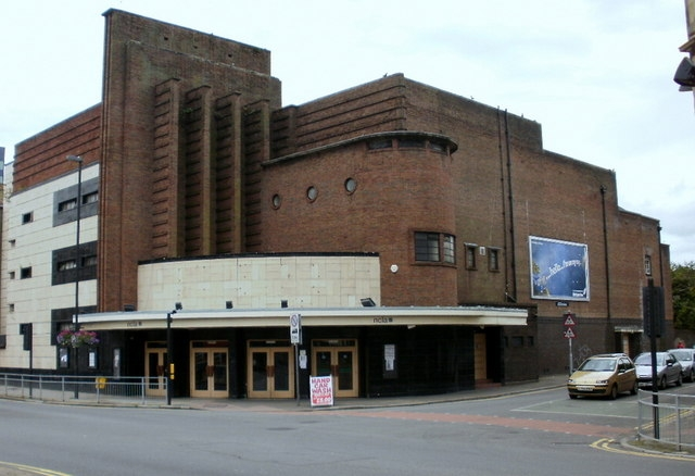 Бывший кинотеатр сети «Одеон» в Ньюпорте (Уэльс). Архитекторы Гарри Уидон, Артур Прайс. 1937-1938. Фото © Jaggery. Лицензия Attribution-ShareAlike 2.0 Generic (CC BY-SA 2.0)