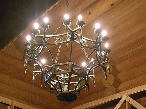 Кованая люстра в виде фонаря для лофт интерьера