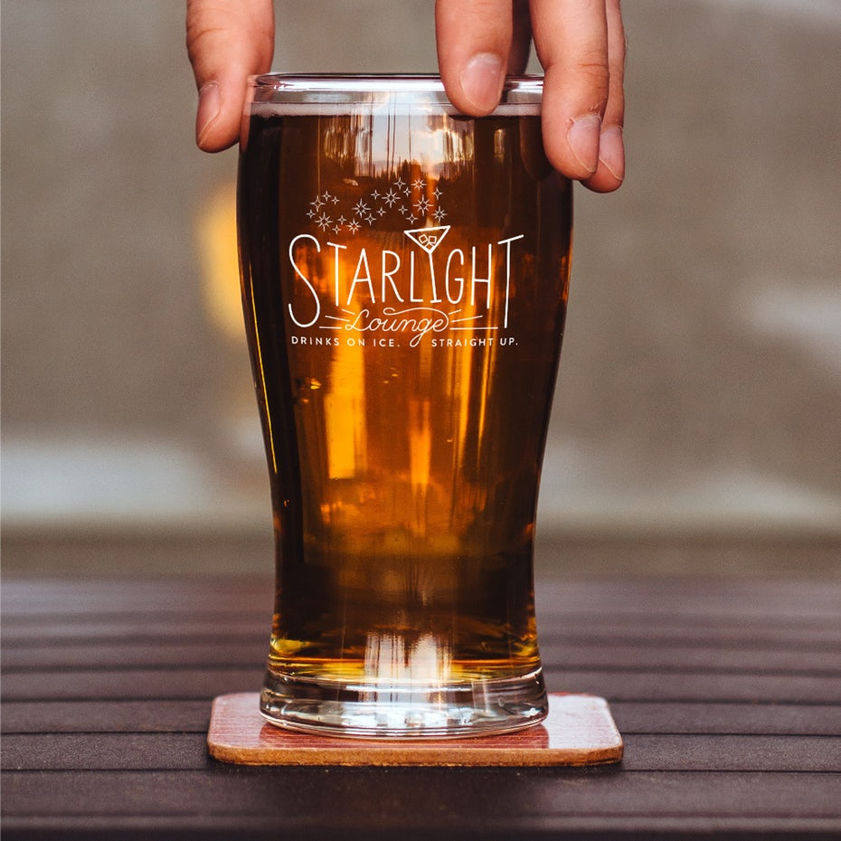 """Подумайте надписью логотипа со стаканом мартини и звездами, выходящими из верхней части стекла """"width ="""" 1000 """"height ="""" 1000"""