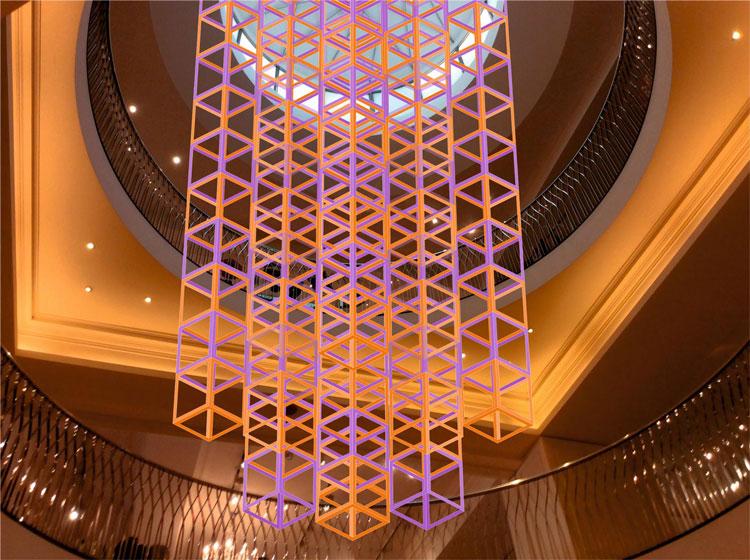 """iri-descent """"width ="""" 750 """"height ="""" 560 """"/>    <figcaption> Визуализация Iri-Descent Лиз Вест </figcaption></figure> <p> В магазине Picnadilly's Fortnum & Mason, британский Художница Лиз Уэст создала подвесную композицию, состоящую из «150 кубов каркасного каркаса». Iri-Descent имеет ряд розовых и голубых оттенков, которые меняют цвет по мере того, как посетители перемещаются вверх или вниз по лестнице вокруг инсталляции. </p> <p> Уэст, создавший световые инсталляции для Музея естественной истории, хочет, чтобы посетители «по-новому взаимодействовали с пространством и изучали свои личные отношения с цветом и светом». </p> <p> LDF был основан в 2003 году сэром Джоном Сорреллом и Беном Эвансом, чтобы отпраздновать и продвигать лондонский дизайн — согласно проекту, каждый шестой человек, работающий в Лондоне, занят в творческих индустриях. </p> <p> Эванс говорит, что фестиваль «предоставляет дизайнерам платформу для связи с аудиторией, жаждущей новейших дизайнерских инноваций, и укрепляет нашу позицию международного творческого центра». </p> <p> Более подробную информацию о Лондонском фестивале дизайна в этом году можно получить здесь. </p> <footer> </footer> </p></div> </pre>  <span class="""