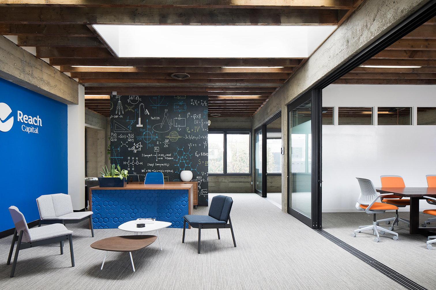 """Reach Capital Headquarters """"class ="""" aimg lazyload """"/> </source> </picture> </figure> <p> Чтобы создать атмосферу, отражающую интеллект фирмы и отдавая дань уважения костям здания, современная цветовая палитра сочетается с современной мебелью середины века. A Стена настенной росписи, похожая на классную доску, нацарапанная формулами и научными изображениями, определяет зону приема. Сосредоточив внимание на совместной работе команды, основная рабочая зона, расположенная в центре, имеет открытый, адаптируемый план этажа с серией ярких рабочих столов. на колесиках и мобильных рабочих креслах можно быстро перенастроить для удовлетворения меняющихся потребностей. Вспомогательная мебель в обтекаемых силуэтах и приглушенных оттенках серого и елового синего определяет социальные области. </p> <p> Подыгрывая каркас здания Работая и создавая поэтажный план со сплоченным потоком, JLA смогла спроектировать пространство, которое излучает комфорт, общность и функциональность. </p> <figure class="""