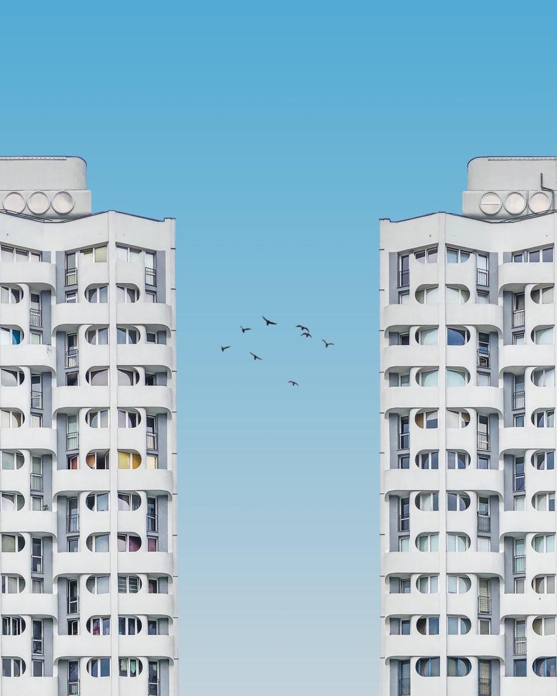 """Изображение из двух зданий """"width ="""" 1280 """"height ="""" 1600 """"/>    <figcaption> Когда дело доходит до поиска фотографий для дизайна, попробуйте найти сайт с всеобъемлющей лицензией, чтобы избежать каких-либо лицензий и ценообразование. Via Piotr Zemlak, Польша, @piotrzemlak. </figcaption></figure> <p> Если вы хотите получить более свежие изображения для использования в проектах по всем направлениям (включая коммерческое использование), Scopio заключит сделку сообщество 99designs. <span style="""