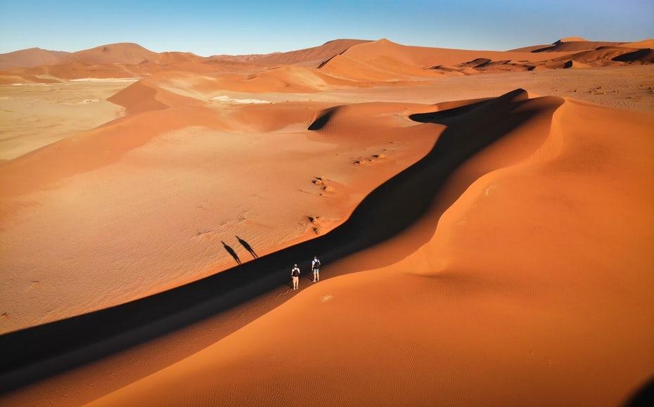 """Два человека в пустыне """"width ="""" 1600 """"height ="""" 996 """"/>    <figcaption> Найти разнообразие в людях и местах. Виа Клаудио Дуарте, Нидерланды, @claudio_on_a_journey. </figcaption></figure> <h2><span id="""
