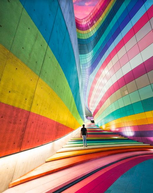 """Colorful stock photo """"width ="""" 520 """"height ="""" 654 """"/>    <figcaption> Одно из представлений Скопио об изображениях. Изображения Скопио получены от начинающих создателей визуального контента из 160 разных стран. Джазпер Онг, Сингапур, @jaznolife. </figcaption></figure> <p> Ужасные стоковые фотографии, безусловно, являются эпидемией (и я избавлю вас от пыльных мемов и шуток), но суть в том, что они так же, как как и несколько лет назад. Если вы когда-либо искали изображения, вы более чем знакомы с типом фотографий, о которых я говорю: стерильные, переоцененные и консервированные изображения, которые больше похожи на дизайн заполнителей, чем на реальные фотографии опубликованы по окончательному дизайн-проекту. </p> <p> Кроме того, использование того же сайта в качестве конкурента означает, что вы рискуете использовать то же изображение, что и конкурент. На новых сайтах с флешками гораздо проще найти что-то уникальное (или популярное на мгновение), чтобы использовать его в своей работе. </p> <p> И поскольку участники для небольших сайтов новички в продаже изображений, вы также увидите новые <em> лица </em> на каждой фотографии. Доминирующие художники часто устраивают фотосессии с ротацией людей, поэтому просмотр контента от новых художников означает, что у вас меньше шансов столкнуться с одной и той же моделью снова и снова. Просто возьмите Ariane — возможно, самую популярную (фондовую) модель в мире — в качестве примера. </p> <h3><span id="""