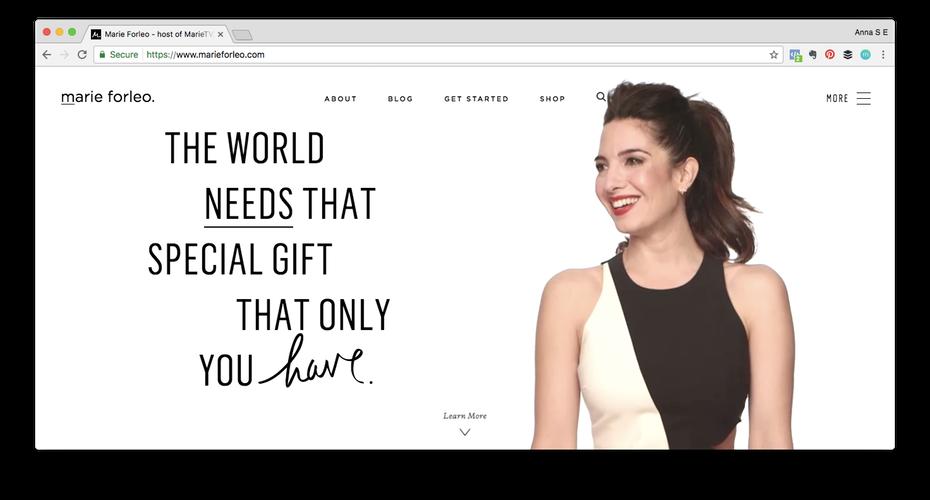 """Пример личного бренда: снимок экрана веб-сайта Мари Форлео """"width ="""" 1472 """"height ="""" 792 """"/>    <figcaption> Весь бизнес Мари Форлео строится вокруг ее причудливого личного бренда. Он живет на marieforleo.com и у нее даже есть телевизор Мари Форлео. </figcaption></figure> <p> Как владелец бизнеса, вы уже должны строить свой бизнес-бренд. Ваша стратегия бренда будет включать в себя вашу общую цель и ваши ценности, преимущества, которые отстаивает ваш бренд. и чем вы отличаетесь от своих конкурентов, а также от материальных элементов, таких как ваш логотип, цвета и типографика, которые встречаются во всех ваших материалах. Но за вашим бизнес-брендом есть и личный бренд. </p> <p> Подумайте, Ричард Брэнсон. У него 11,3 миллиона подписчиков в Твиттере — сравните это с учетными записями в Twitter его свойств Virgin Atlantic (556K), Virgin Galactic (171K) и Virgin Media (225K). Как он заявляет в своем профиле, он «ненавидящий галстук, филантроп и нарушитель спокойствия, который верит в превращение идей в реальность». Брэнсон использует свой личный бренд для поддержки своих разных предприятий и для того, чтобы люди покупали его компании. </p> <figure data-id="""