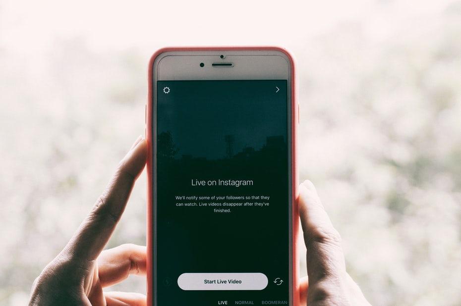 """Держа телефон, готовый сделать живое видео в Instagram """"width ="""" 5863 """"height ="""" 3899 """"/>    <figcaption> Нет смысла настраивать аккаунт Instagram, если вы ненавидите фотографировать и не не нравится публично рассказывать о своем образе жизни. Также нет смысла входить в Facebook Live, если вам неудобно смотреть видео или создавать свой бренд на Snapchat, если ваша целевая аудитория находится в более старшем возрасте, который его не использует. Via Hans Vivek . </figcaption></figure> <p> Если вы творческий человек или увлекаетесь едой, красотой, модой и т. Д., То более визуальная платформа, такая как Instagram, может стать отличным способом создания вашей личной жизни. Сделайте так, чтобы ваш бренд был красивым. Опять же, убедитесь, что ваша биография отражает суть вашей истории и что ваши контакты и посты поддерживают эту историю. </p> <h3><span id="""