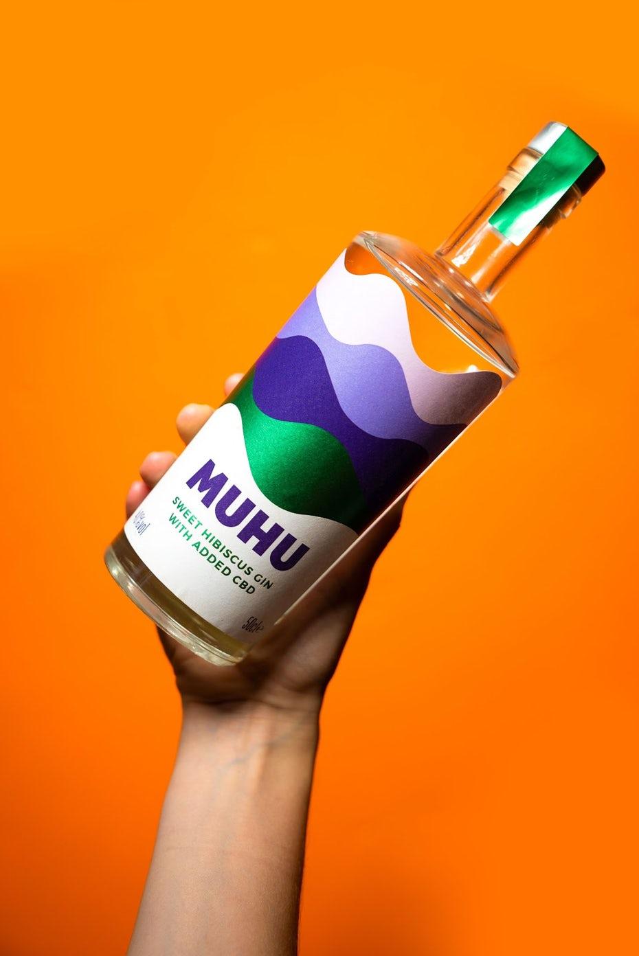 """Дизайн этикетки MUHU на оранжевом фоне """"width ="""" 1069 """"height ="""" 1600 """"/>    <figcaption> Дизайн этикетки MUHU от SB.D </figcaption></figure> <p> Благодаря уникальности Будучи лидером в своем продукте и опережая две самые большие тенденции в сфере здравоохранения и велнеса в этом году, Салли смогла получить мгновенную рекламу о MUHU, не вкладывая слишком много в маркетинг. Не все готовы к КБР, а некоторые розничные торговцы и дистрибьюторы еще не готовы иметь дело с продуктами КБР », — отмечает она. </p> <p> Итак, что дальше для MUHU? Салли планирует и дальше внедрять новые вкусовые разновидности (следующая лемонграсс!). Вскоре она надеется перейти на готовые к употреблению напитки и безалкогольные напитки, которые продолжают извлекать выгоду из медицинских преимуществ КБР, оставаясь без сахара. </p> <p> По мере того, как растет тенденция к употреблению полезных для здоровья напитков, нет никаких сомнений в том, что MUHU останется в превосходном положении как один из первых в своем роде на рынке. </p> </p></div> </pre>  <span class="""