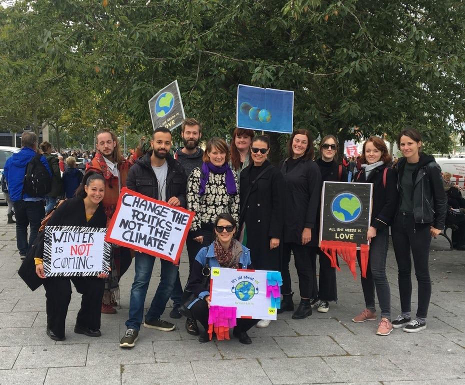 """Команда 99designs на глобальной климатической забастовке в Берлине """"width ="""" 1683 """"height ="""" 1395 """"/>    <figcaption> Команда 99designs на глобальной климатической забастовке в Берлине </figcaption></figure> <p> В прошлом году наша Результаты опроса показали, что команда была очень заинтересована в отдаче и устойчивости, поэтому мы ввели день добровольцев и постарались стать более устойчивыми в наших офисных условиях. </p> <p> В Берлине наш офис участвовал в глобальной климатической забастовке как команда, мы начали регулярную групповую деятельность по сбору мусора с улиц в окрестностях нашего офиса, и мы прекратили заказывать мясные продукты и бутилированную воду — переключаясь на фильтрацию наших вкусных блюд Берлинская водопроводная вода. </p> <p> Каждый из нас вносит свой вклад в создание благоприятной и уважительной среды каждый день. И, предоставив каждому шанс быть услышанным и внести свой вклад, мы создали мотивационную и полноценную атмосферу для всей команды. </p> <h2><span id="""