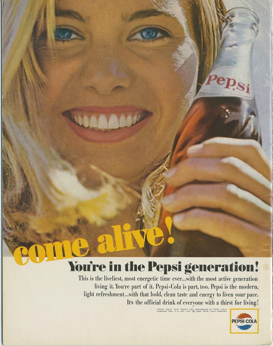"""Рекламное объявление Pepsi Generation 1964 года, показывающее молодую женщину, схватившую бутылку Pepsi """"width ="""" 1579 """"height ="""" 2000"""