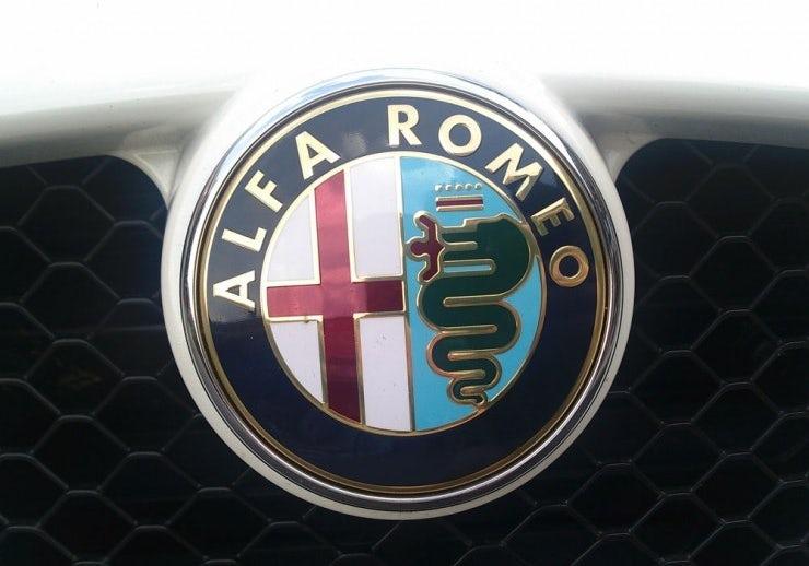 "Логотип Alfa Romeo с изображением Biscione ""width ="" 740 ""height ="" 518"