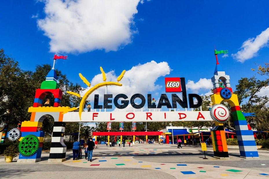 """Визуальный маркетинг Legoland """"width ="""" 1600 """"height ="""" 1067 """"/>    <figcaption> Визуальный маркетинг LEGOLAND через Совет развития Центральной Флориды </figcaption></figure> <p> Но LEGO упорствовал. Они оценили, кто их клиенты были и определили, что им нужно и что им нужно. Они следовали своей миссии: «вдохновлять и развивать строителей будущего». Помня об этой миссии, они приступили к расширению розничных магазинов LEGO, LEGOLAND и франшизы <em> Lego Movie </em>. Результатом стало заметное увеличение доходов, более чем в три раза превышающее их стоимость с 2003 по 2013 год. своего положения, LEGO могла выяснить, куда она хотела пойти и как лучше всего туда добраться. </p> <h2><span id="""