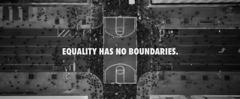"""Баскетбольная площадка со словами «Равенство не имеет границ» """"width ="""" 2744 """"height ="""" 1136 """"/>    <figcaption> Скриншот из видео кампании Nike за равенство от Nike </figcaption></figure> <p> Отличным примером истории бренда является кампания Nike за равенство. Конечно, они продают обувь, но это гораздо больше. Они о предоставлении возможностей, равенства и поддержки маргинальным слоям населения. Их фраза в конце видео: «Равенство» не имеет границ ». Видео — мощный инструмент для передачи эмоций и очеловечивания бренда. </p> <p> У Nike был четкий сигнал, который нужно послать этой кампанией. Вовлеченность легко отследить с помощью видео, комментариев, ретвитов, публикаций и т. Д. Если правильно сделать, в основе которого лежат продуманные основные ценности, можно изменить повествование от простой продажи продукта к гораздо большему.</p> <h3><span id="""