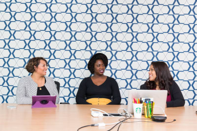 Группа участников исследования сидит за столом и смотрит на компьютеры