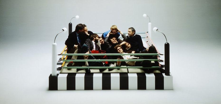 """Фотография группы """"Мемфис"""", сидящей на боксерском ринге в стиле Мемфиса """"width ="""" 1024 """"height ="""" 485"""