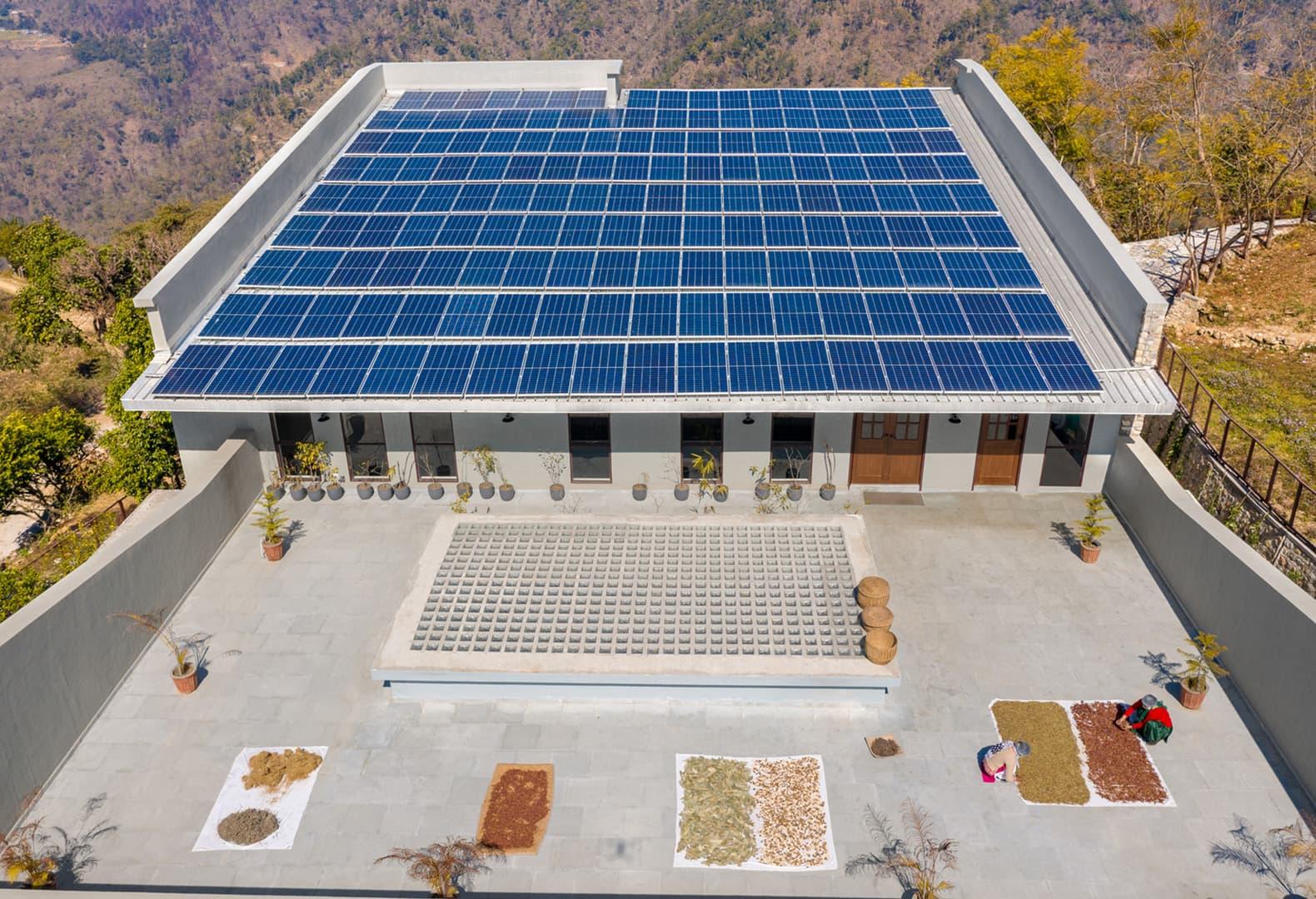 Новый объект для коммьюнити индийской деревни Лодси и компании Forest Essentials. Фото: Noughts And Crosses