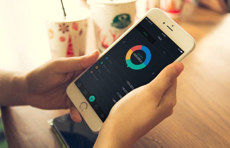 """Макет дизайна приложения, показывающий человека в кафе, использующего iPhone """"width ="""" 1209 """"height ="""" 780 """"/>    <figcaption> Фоновая сцена этого мокапа обладает индивидуальностью, но при этом является достаточно общей, чтобы ее можно было применить. для любого количества дизайнов приложений. Дизайн googa </figcaption></figure> <p> Процесс создания шаблонов мокапов по сути такой же, как и создание индивидуальных макетов: вам все равно нужно приобрести фотографию и использовать программу для редактирования фотографий, чтобы включить дизайн . Одно различие заключается в подходе к фотографии вашего макета: он должен быть достаточно неопределенным, чтобы работать для нескольких клиентов — например, вместо использования каких-либо идентифицирующих декораций фоны макетов дизайнера высшего уровня Дарьи В. фокусируются на иллюстрированных акцентах, которые могут изменяться с каждым проектом. </p> <p> Это может помочь сгруппировать клиентов на основе общих тем, таких как промышленность (у вас может быть один шаблон макета для всех клиентов, владеющих вашим рестораном, один для всех ваших розничных клиентов и т. Д.). Это упрощает выбор изображений, которые будут работать в общих контекстах. </p> <p> Для физических продуктов некоторые дизайнеры создают пустые визуализации продукта с помощью программного обеспечения 3D, такого как Adobe Dimension, и это дает дополнительное преимущество, позволяя создавать вращающиеся анимированные макеты. </p> <figure data-id="""