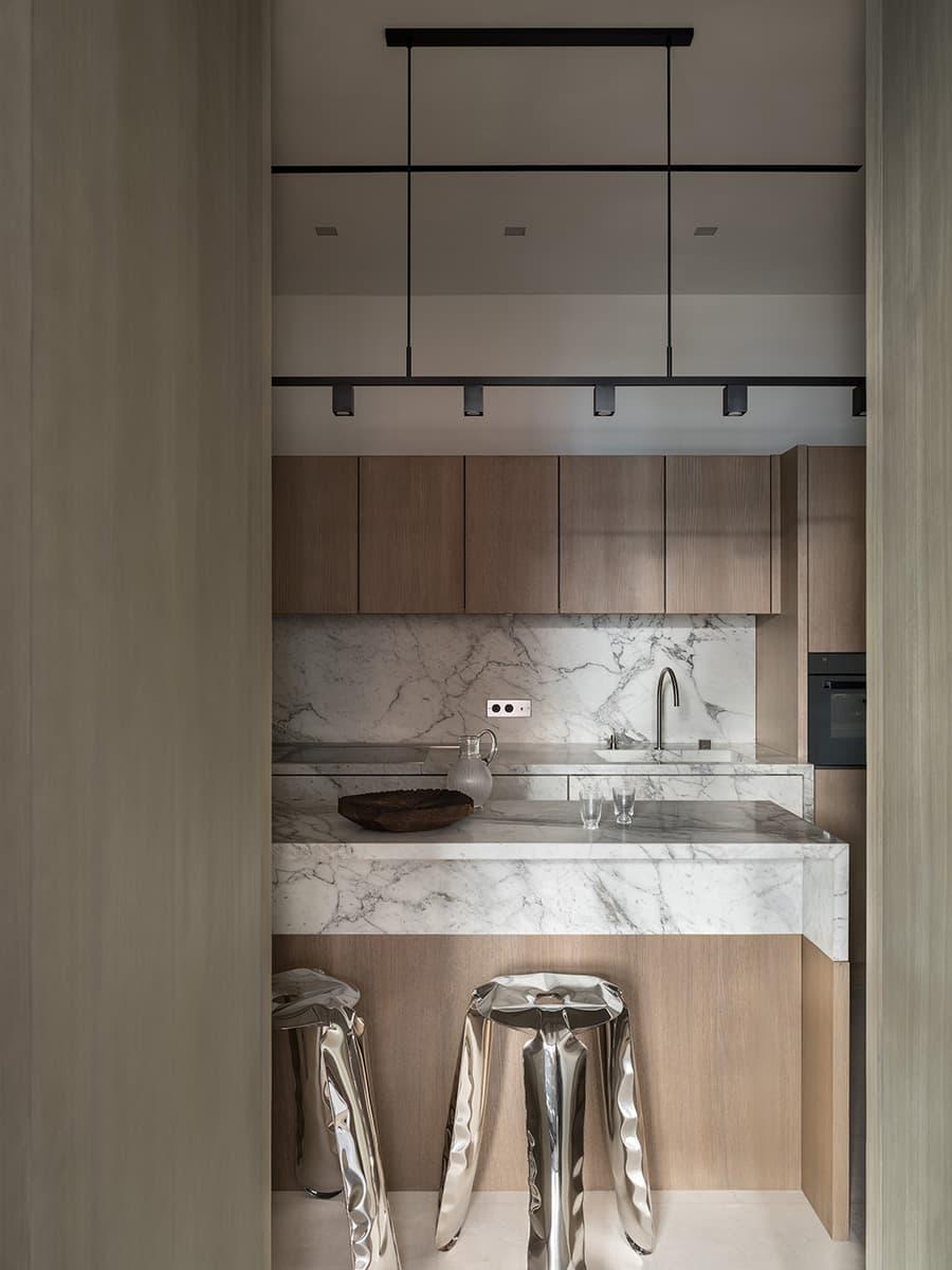 Минималистичная квартира с предметами современного искусства – проект бюро Design WOW