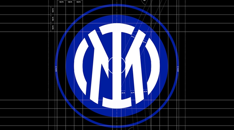 """Интер-Милан ребрендинг """"width ="""" 750 """"height ="""" 417 """"/>    <figcaption> Дизайн фона нового логотипа. Предоставлено Интером Милана </figcaption></figure> <p> На новом логотипе инициалы клуба расположены по центру и связаны с новым повествованием «I M», основанным на английском «I am». Тем временем «FC» было удалено, хотя оно остается частью названия и идентичности клуба, Inter говорит. </p> <p> Клуб заявляет, что новый герб представляет собой современную интерпретацию, которая представляет клуб в «более обтекаемом и минималистском обличье». Он добавляет, что в эпоху развлечений он более приспособлен. </p> <p> Хотя это повествование является новым, элемент «I M» восходит к оригинальному дизайну Джорджо Муджиани и остается обрамленным концентрическими кругами. Интер добавляет, что новый дизайн «на 90% похож на самый первый герб клуба», хотя обновление особенно хорошо подходит для цифровых экранов. </p> <figure id="""