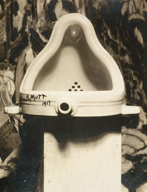 """Фонтан Марселя Дюшана """"width ="""" 1416 """"height ="""" 1849 """"/>    <figcaption> Фонтан Марселя Дюшана (1917 г.) оказал влияние на поп-арт, поскольку представлял массовый продукт, подчеркивая концепцию над техникой художника . Изображение взято с Wikimedia Commons. </figcaption></figure> <p> За пределами мира искусства жизнь в Америке радикально изменилась. Индустриализация привела к массовому производству и переполненным городским центрам. Позже, окончание Второй мировой войны и последовавший за этим экономический бум вызвали массовую миграцию в пригород в поисках тихой жилой жизни. </p> <p> В то же время реклама становилась определенной отраслью, чему способствовали новые технологии, такие как радио и телевидение. Практика, в которой упор делался на вдохновляющие образы, лозунги и джинглы, повторяемые до тошноты, стали обычным явлением. </p> <p> Многие из изображений, которые использовались в рекламе в этот период: семейные барбекю на заднем дворе, домохозяйки с накрашенными волосами, демонстрирующие новейшую технику, наслаждающиеся кока-колой после какого-то старого доброго американского бейсбола — и отражали, и формировали идеальную пригородную жизнь , получившее название «Американская мечта». Таким образом, ценности американской культуры в этот период в значительной степени были связаны с телевидением, фильмами и коммерциализмом. Все эти культурные и художественные движения заложили основу дизайна поп-арта. </p> <figure data-id="""