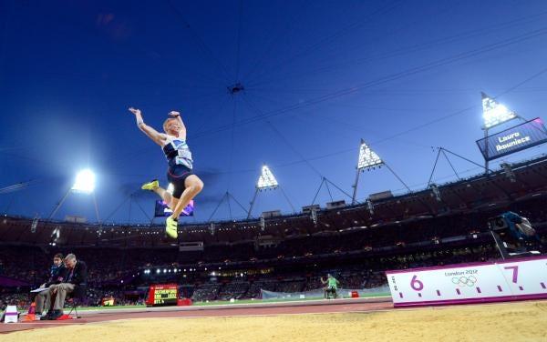 """twitter олимпийский прыжок в длину """"width ="""" 600 """"height ="""" 376 """"/>    <figcaption> Лондонские Олимпийские игры взлетели вверх. Его логотип, в меньшей степени, через London2012 </figcaption></figure> <p> Логотип является центром бренда. Кто может забыть витиеватые, но мгновенно узнаваемые завитки Coca-Cola или надкушенных плодов Apple? Когда логотипы работают, это современная алхимия, сочетающая ассоциации с брендом и четкий дизайн. Но когда они не работают, они » это сбивает с толку и часто очень дорого обходится. </p> <p> Возьмите логотип Олимпийских игр 2012 года в Лондоне, который был призван «заставить людей пересмотреть Олимпийские игры, взглянуть на них по-другому», как сказал тогдашний управляющий директор брендового агентства Wolff Olins Идже Нвокори. Логотип, разработанный Вольфом Олинсом, определенно что-то нарушил, но, возможно, это была способность людей читать: в то время как игры шли хорошо, логотип представлял собой тесный уродливый беспорядок. </p> <figure data-id="""