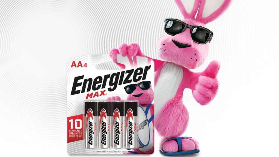 """большой розовый кролик в солнцезащитных очках и синих шлепанцах показывает вверх большой палец вверх, держа пачку батарей Energizer """"ширина ="""" 1920 """"высота ="""" 1080"""