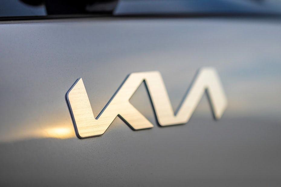 """три буквы K, I и A, соединенные друг с другом слоганом, вдохновляющее движение, под """"width ="""" 1350 """"height ="""" 900"""