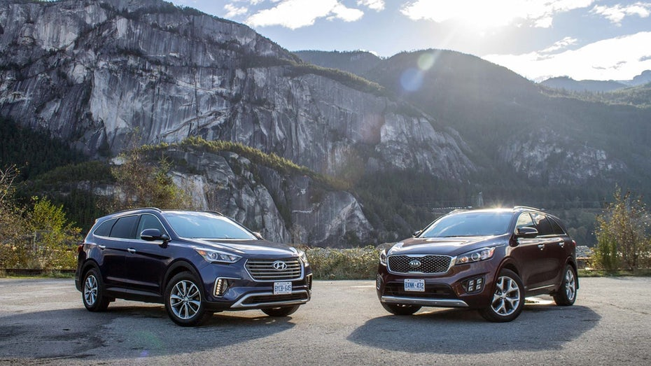 """бок о бок сравнение Hyundai Santa Fe в черном и Kia Sorento в бордовом """"width ="""" 1920 """"height ="""" 1080"""