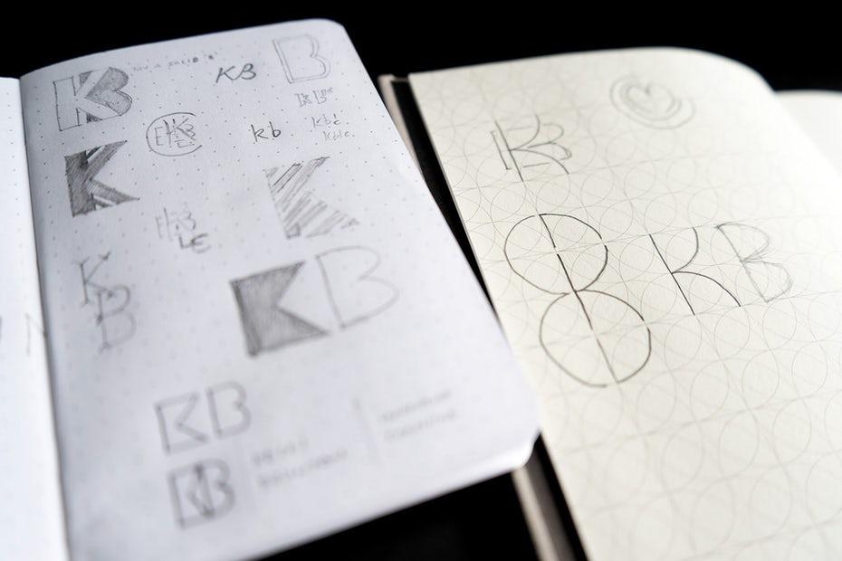 """Альбомы для рисования """"width ="""" 1900 """"height ="""" 1267 """"/>    <figcaption> Нарисуйте примерно столько букв и комбинаций, сколько сможете, не редактируя себя. </figcaption></figure> <p> Как только у вас будет много Из подходов на бумаге оцените, что вы можете развить в дальнейшем в дизайнерское решение, соответствующее заданию. Затем доработайте свои эскизы до более крупных и подробных версий, прежде чем сканировать или фотографировать их для оцифровки. </p> <h3><span id="""